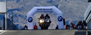 Zwei BMW Motorräder auf Straße