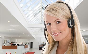 Callcenter Frau lächelt