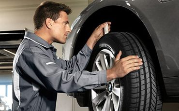 Mechaniker misst Profiltiefe