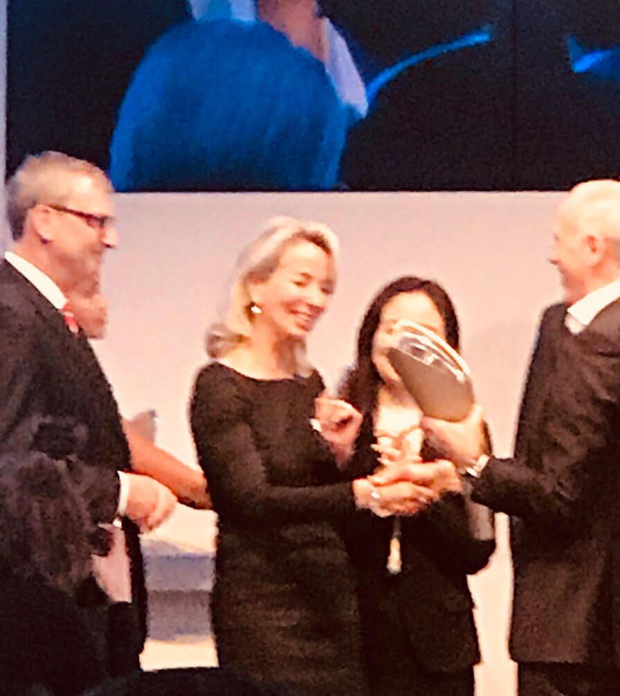Peter Nota übergibt Award an Frau Kayser.